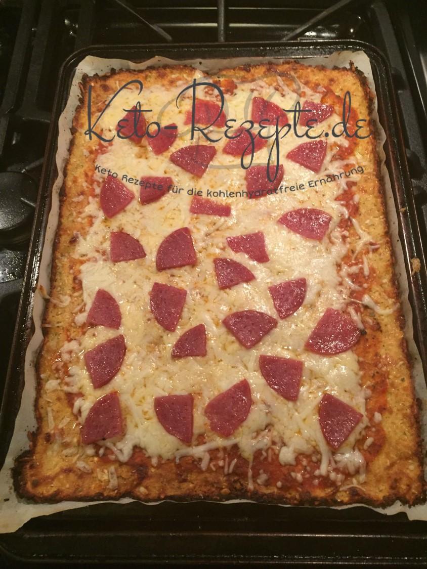 Keto Blumenkohl Pizzablech fertig gebacken