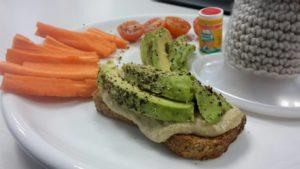 Zucchini Hummus auf Low Carb Brot