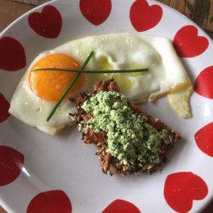 Low Carb Knäckebrot mit frischem Bärlauch Frischkäse