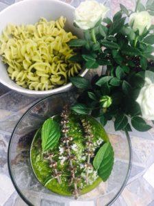 Erbsennudeln und selbstgemachtes Basilikum-Pesto