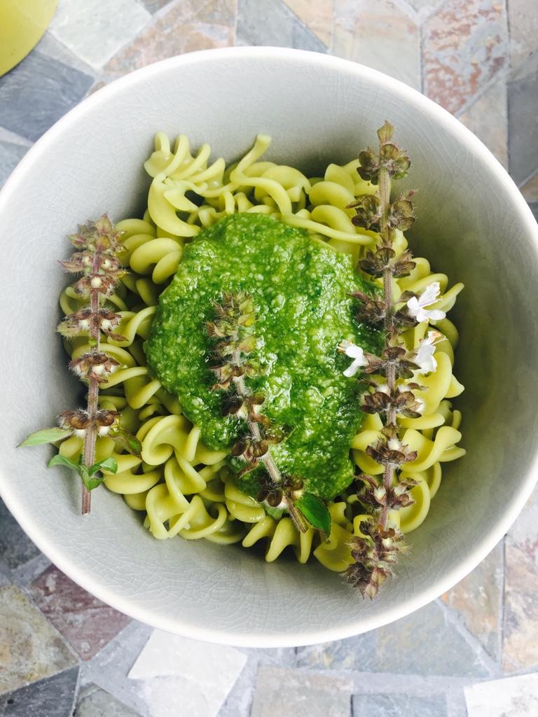 100% Erbsen-Nudeln und selbstgemachtes Keto Basilikum-Pesto