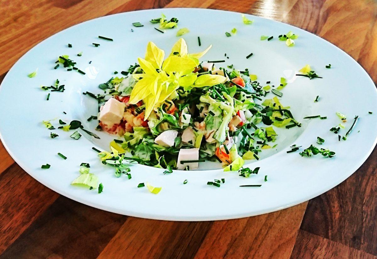 Veganer Keto-Wurstsalat