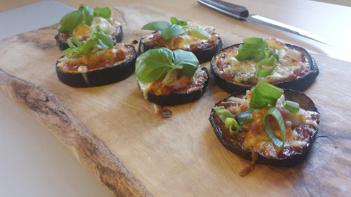 Keto Pizzas werden perfektioniert mit frischem Basilikum und grünen Zwiebeln