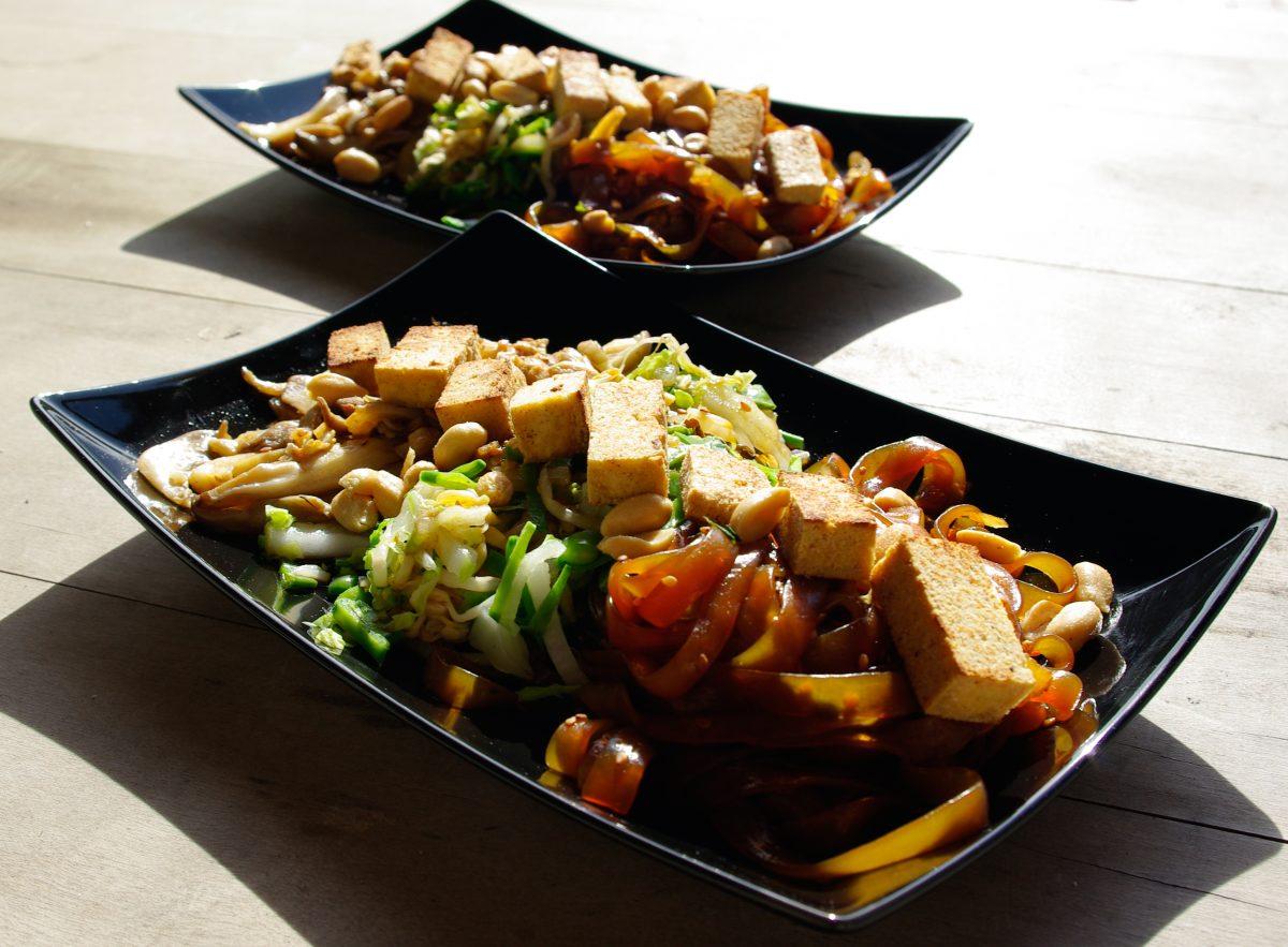 Gebratener Tofu auf Konjaknudelsalat