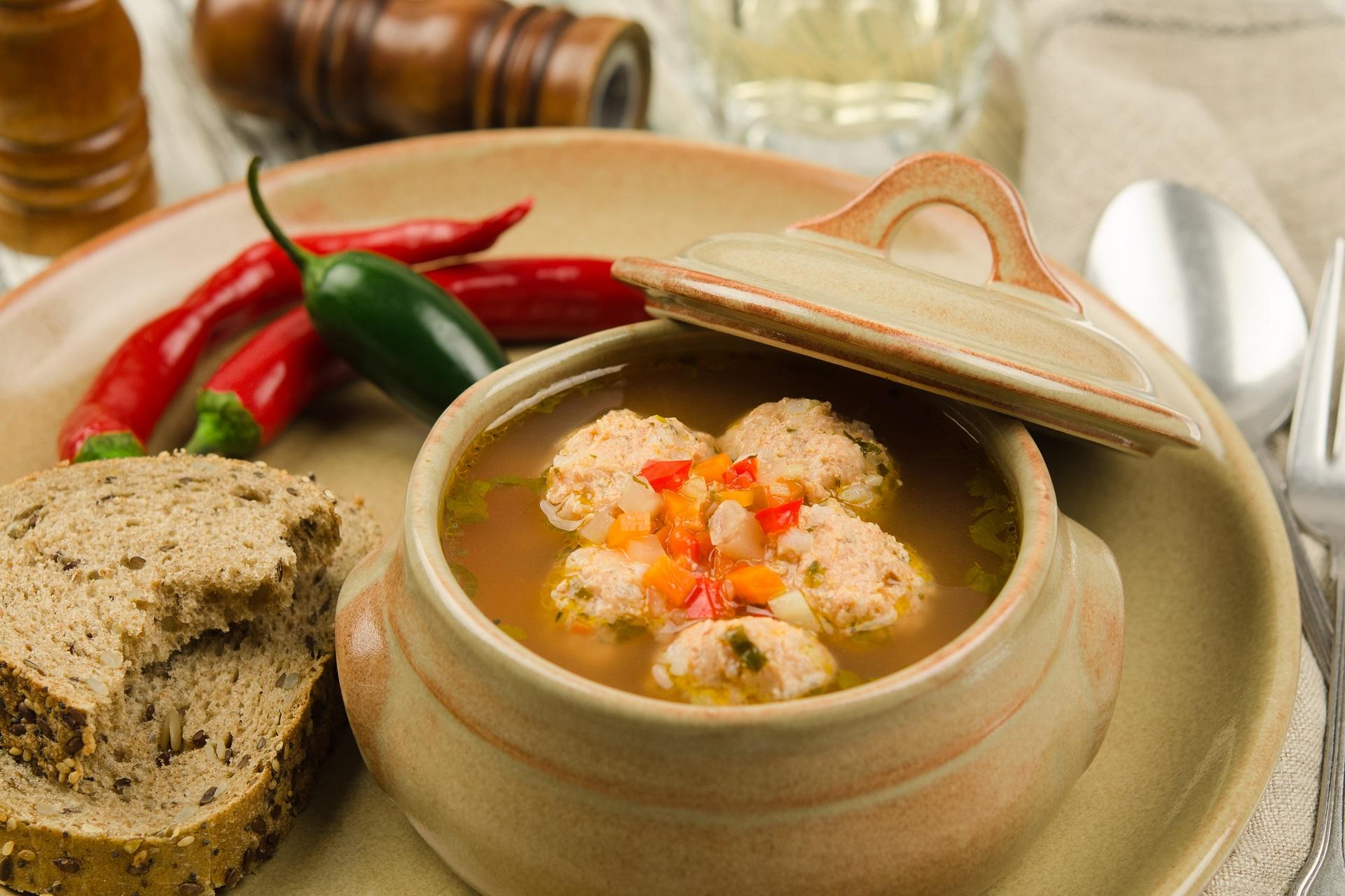 Leckere ketogene Suppe mit Knochenbrühe